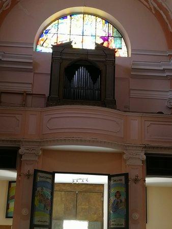 Chiesa di San Pio V: la porta d'ingresso principale e l'organo sopra l'entrata