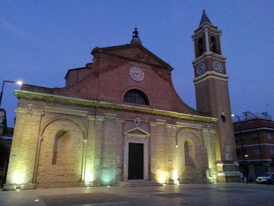 Chiesa di San Pio V: la chiesa illuminata di sera