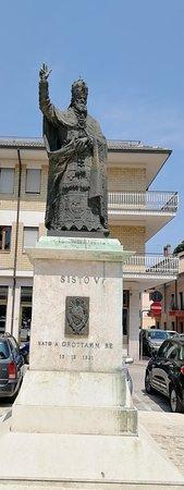 Chiesa di San Pio V: statua a destra della piazza