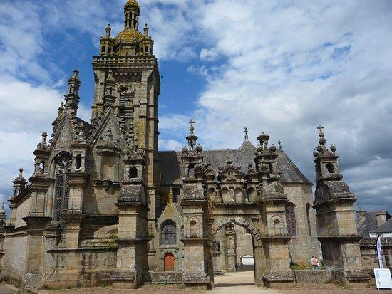 Saint-Thegonnec, France: enclos avec la porte triomphale
