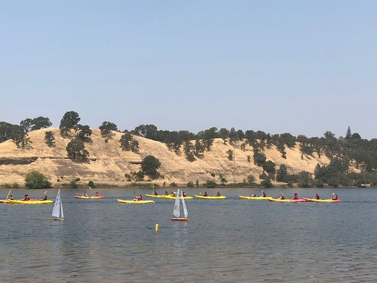 Gold River, CA: Toy sailboats and kayakers