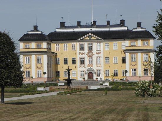 Katrineholm, สวีเดน: Slottet från trädgårdsidan.