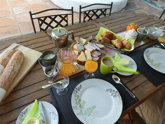 Conques-sur-Orbiel, France: Breakfast ... we were part way through eating when I decided to take a photo.
