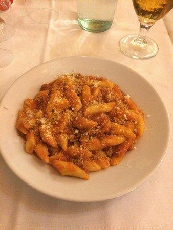 Farindola, Italia: Tagliatelle al ragù, gnocchi al ragù, tagliatelle con salsiccia zafferano e zucchine, agnello al