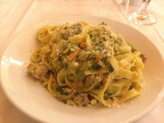 Farindola, Italy: Tagliatelle al ragù, gnocchi al ragù, tagliatelle con salsiccia zafferano e zucchine, agnello al