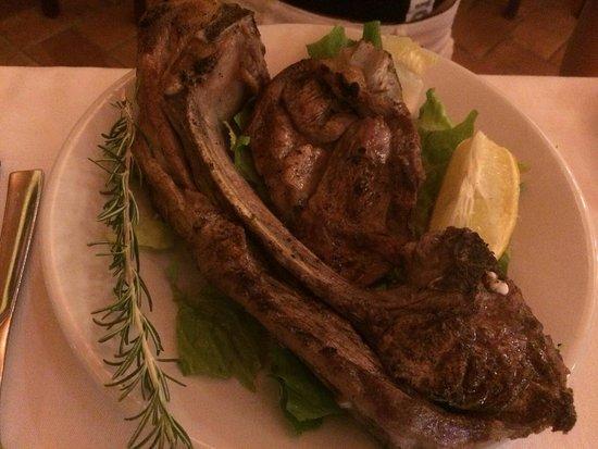 Farindola, Italie: Tagliatelle al ragù, gnocchi al ragù, tagliatelle con salsiccia zafferano e zucchine, agnello al