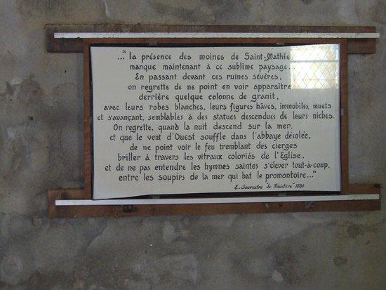 Saint-Mathieu, France: Plaque hommage aux moines de l(abbaye