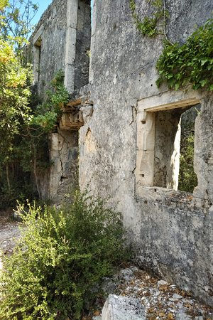 Outdoor Kefalonia: Restanten verlaten spookdorp in de bergen.