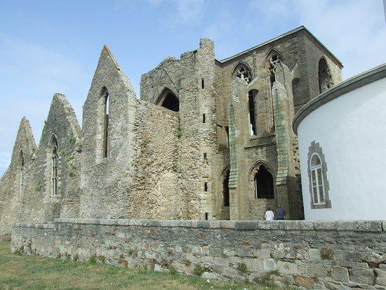 Saint-Mathieu, France: Imposantes ruines