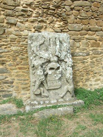 Saint-Mathieu, France: Une pierre sculptée