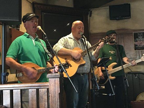 The Bog Irish Bar : Irish band thru n thru