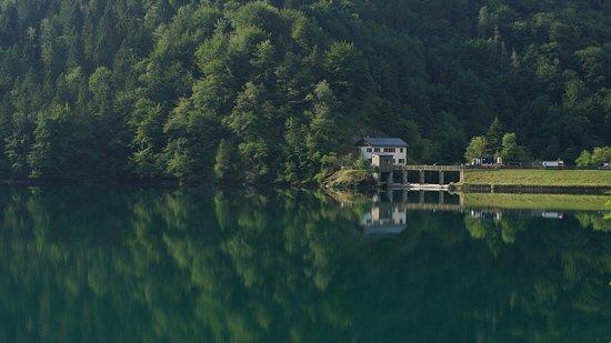 Чезиомаджоре, Италия: Vista al lago durante la mañana