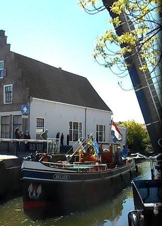 Edam, Países Baixos: passage d'un bateau
