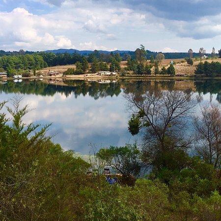 Morelia, Mexique : Pequeña represa en medio de bosques