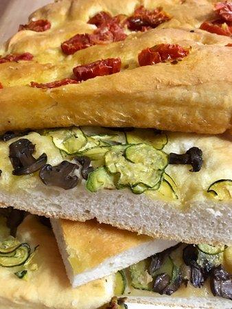 Focaccia ai pomodorini, alle olive o con gli zucchini... oltre a quella tradizionale!