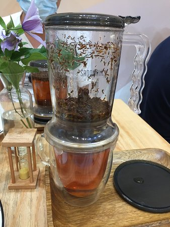 TEA HUB: 茶是由壺的底部流出來的,很有趣