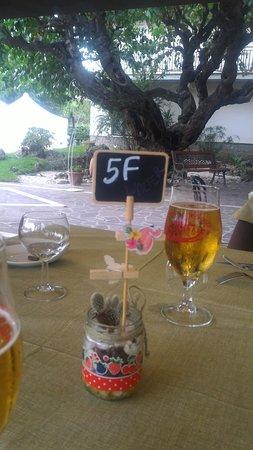 Attigliano, Italie : Il tavolo con il giardino sullo sfondo