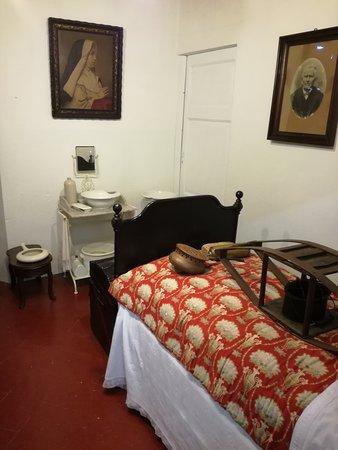 Camera da letto ricostruita, si vedono gli scaldaletto e gli ...