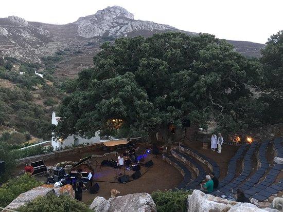 Tinos, اليونان: Χτισμένο αμφιθεατρικά ανάμεσα σε αιωνόβιες βελανιδιές