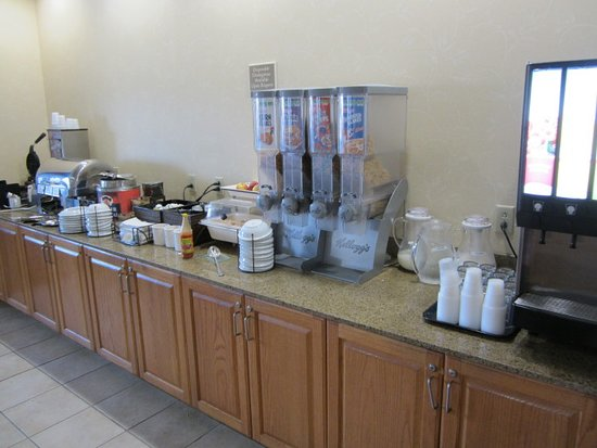 Country Inn & Suites by Radisson, St. Peters, MO: Breakfast bar