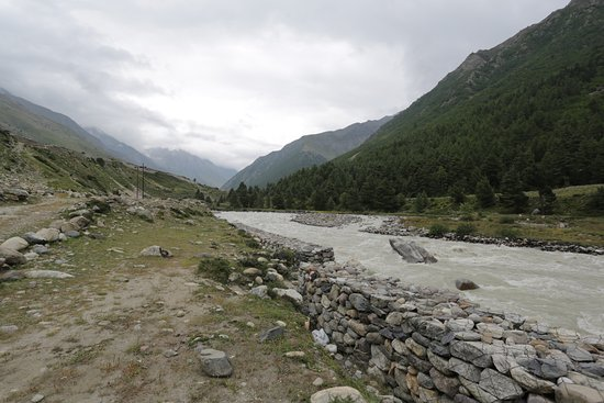 Chitkul, Indien: River side a few 100 meters from the resort