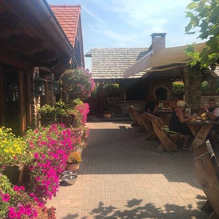 Revnice, Republik Ceko: Restaurant U Mani, heerlijke Tsjechische gerechten. Zitplaatsen binnen en buiten. Terras met par