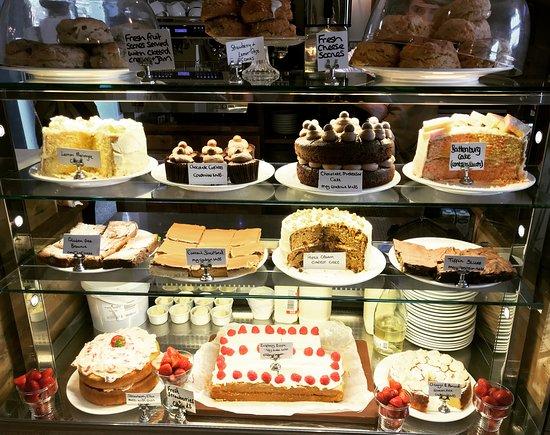 Crathorne, UK: Cake counter