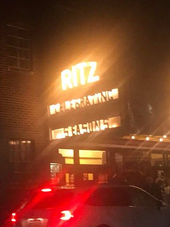 ‪‪Hawley‬, بنسيلفانيا: Ritz Sign in the Rain Beckons Lovers of Community Theatre to Enjoy a Play‬