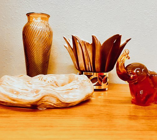 Virginia House Furniture Co Trouvaille Antiques Amber Tone Tchotchkes
