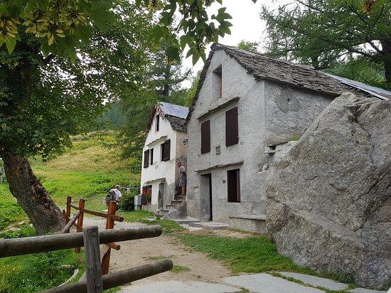 Case Di Pietra E Legno : Uno scorcio dellagriturismo: pietra e legno le case di una volta
