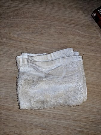 Lost Hills, Καλιφόρνια: Wash cloth used for wiping down the nightstand