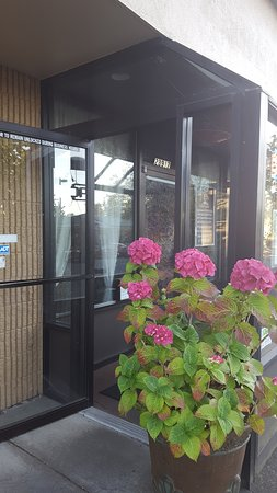 Maple Valley, WA: Front door around the side of the storefront