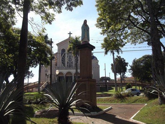 Marialva: Vista pracinha com imagem de Nossa Senhora e Igreja ao fundo