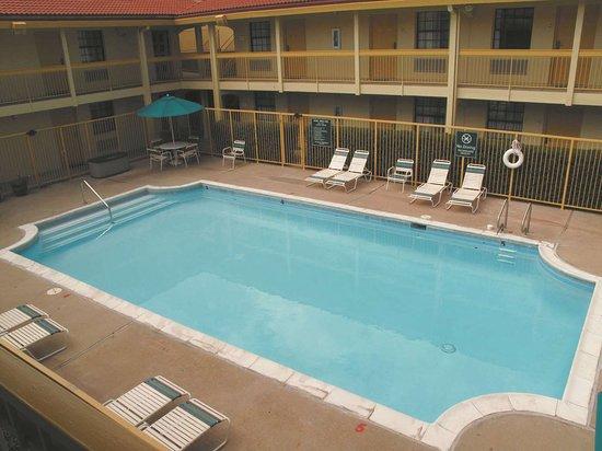 لاكوينتا إن دنفر أورورا: Pool view