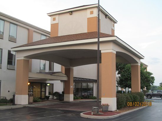 Cahokia, IL: Entrance to the hotel.