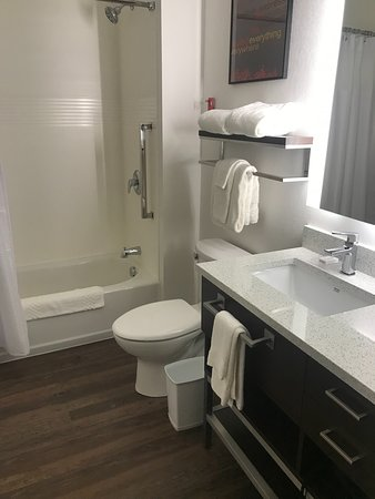 Minooka, IL: Clean bathroom
