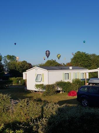 Ingrandes, França: Superbe ballet de montgolfières le matin au réveil