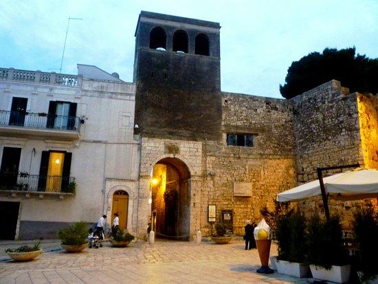 Conversano Porta Tarantina di sera_large.jpg