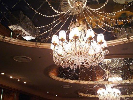 Tour d'Argent Tokyo: シャンデリアが光り輝いています
