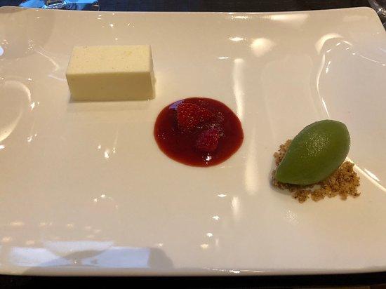 Mosern, Αυστρία: Topfenmousse mit Basilikumsorbet und Erdbeeren