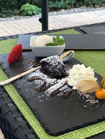 Chaplin's Steakhouse & Restaurant: Schokoladenvulkan mit Vanilleeis, Sahne und Früchten