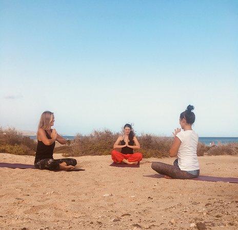 Island Yoga Fuerteventura: Beautiful yoga lesson in small groups at the beach!