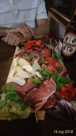 Selargius, Италия: Locale semplice,pizze ottime!