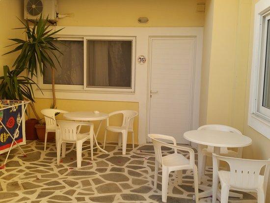 Pigadia, Yunani: immagine dei tavolini esterni con pochissima privacy della stanze numero 15 e numero 14