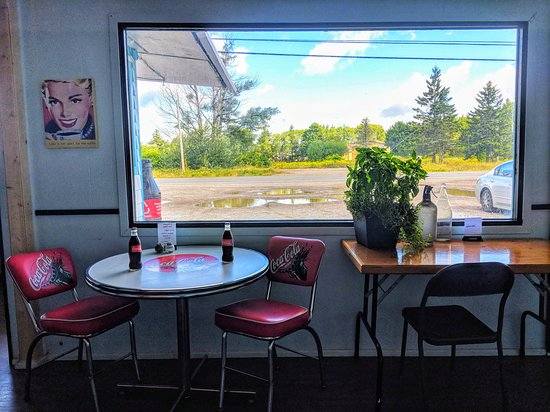 Pennfield Ridge, Canadá: Dining room with antique coca cola table! And glass bottles of coke!