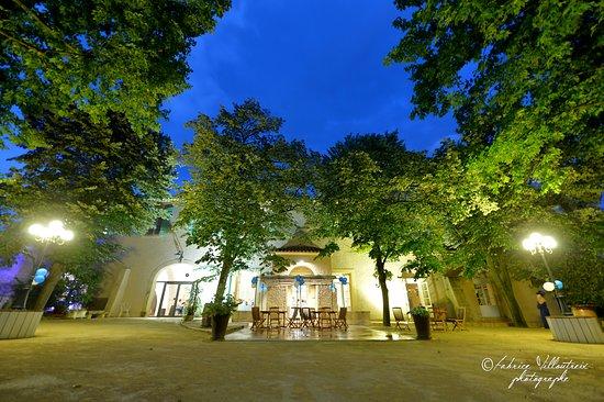 Montblanc, Francja: Les jardins et la Terasse  du Domaine de L'Argentiere en soirée.