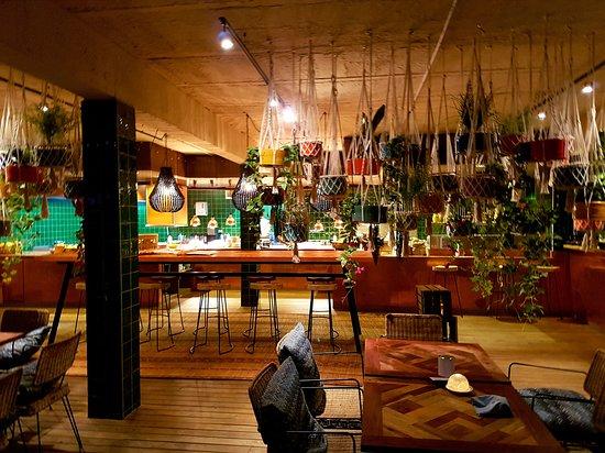 Blick vom Außenbereich ins Innere des Restaurants