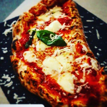 Pizzeria Spacca Napoli: Canzone ripieno con ricotta pomodoro e salame napoletano
