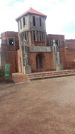 Koudougou, Burkina Faso: Devant le musée