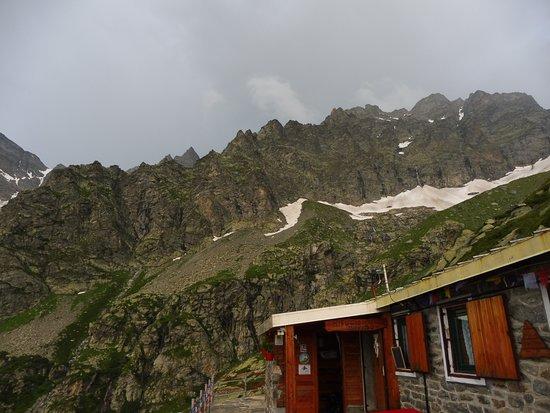 Groscavallo, Itália: La lunga cresta del Dent d'Ecot 3402 m fa da quinta al Daviso